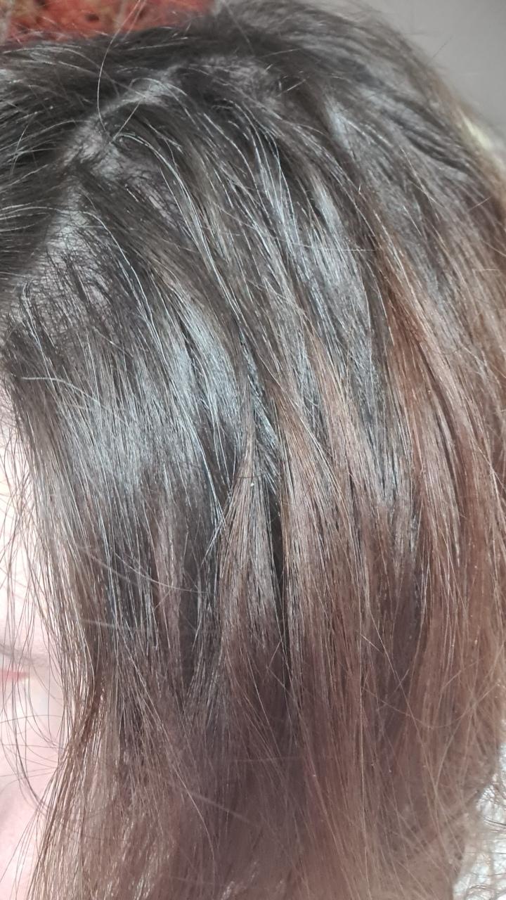 Je laisse pousser mes cheveux blancs à 25 ans!